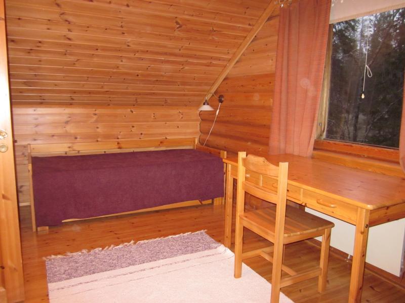 Yläkerran pienempää huonetta